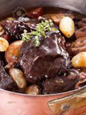 Bœuf bourguignon cuisiné au vin rouge